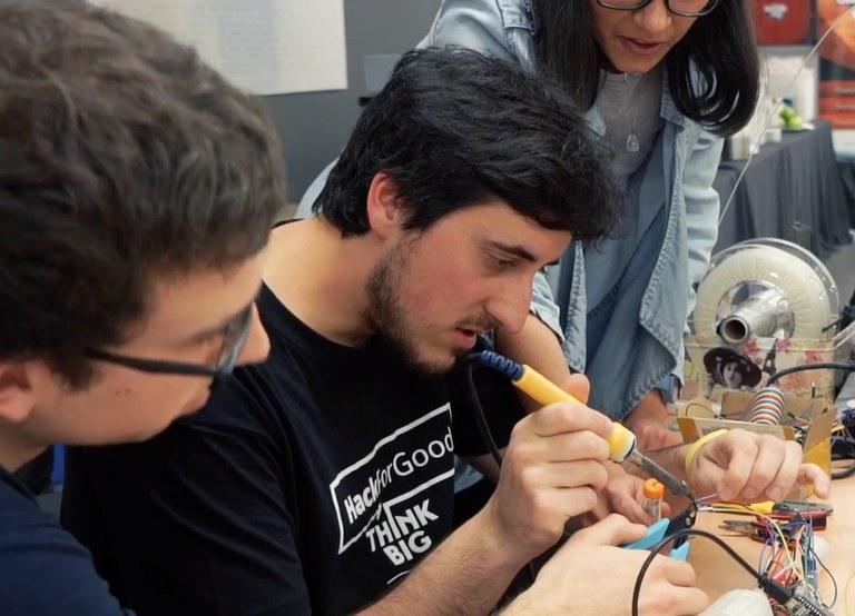 Estudiants en plena acció en una hackaton