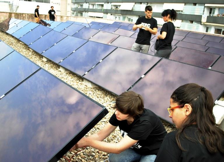 Estudiants instal·lant plaques fotovoltaiques a l'Escola Superior d'Enginyeries Industrial, Aeroespacial i Audiovisual de Terrassa (ESEIAAT)