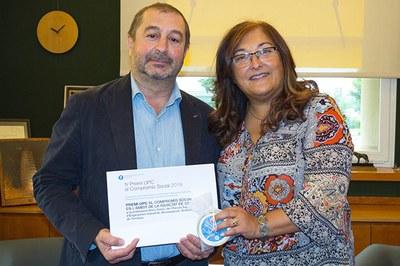 Núria Salán amb el guardó en Igualtat de gènere