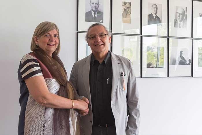 Pilar Garcia Almirall, directora del Departament de Tecnologia de l'Arquitectura, amb el rector Enric Fossas
